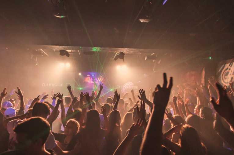Valentýnská Lightstick Párty: DJs Mistax + Perfect