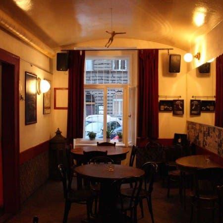 Cafe Bar 3+1