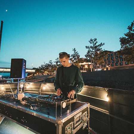 DJ De
