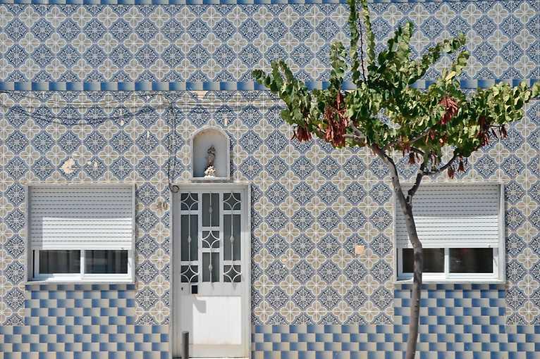 Workshops: painting tiles