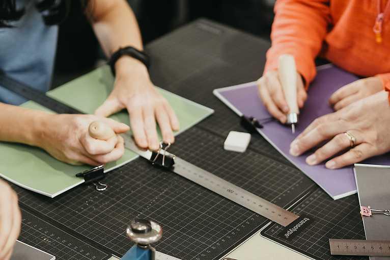 Ruční výroba sešitů s Papírnou