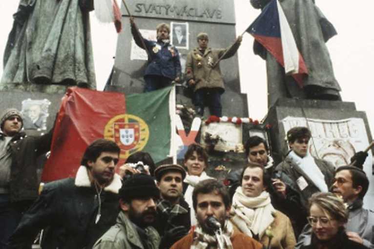 Karafiáty a samet: Umění a revoluce v Portugalsku a Československu