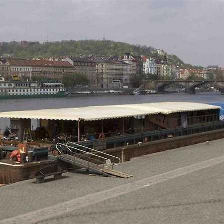 Loď Tajemství na Smíchovské náplavce