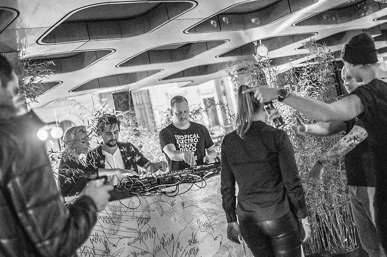 Disco Partysóns + host