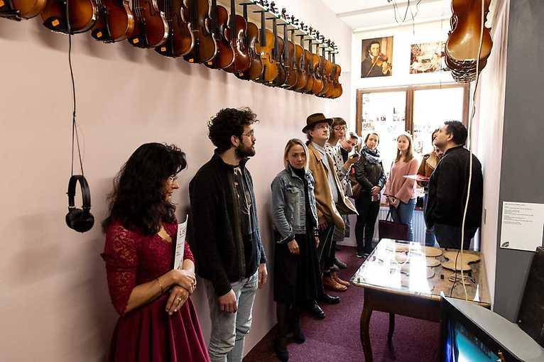 Lavutara. Cestami romských muzikantů a jejich písní