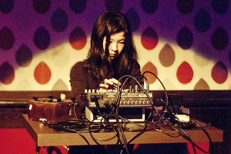 Mikrozvuk: Ryoko Akama + Tania Chen + Avsluta
