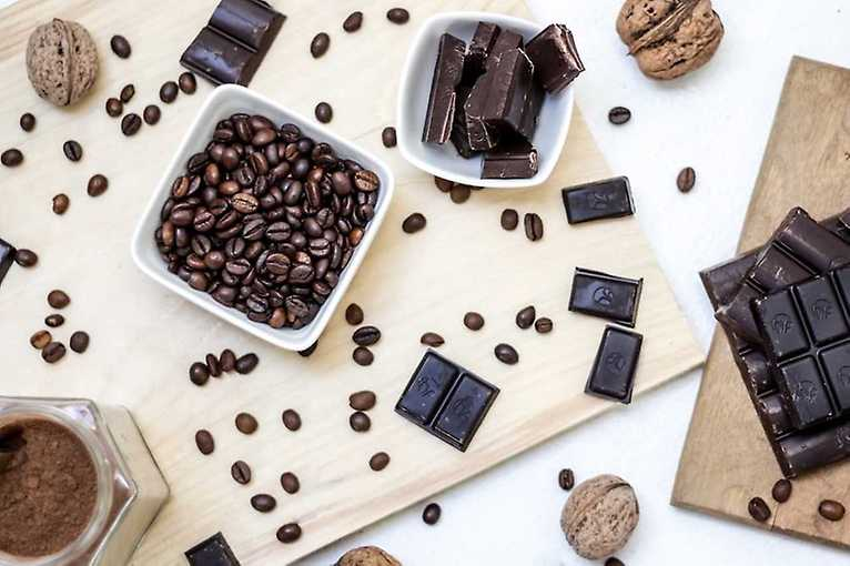 Kawa i czekolada na talerzu