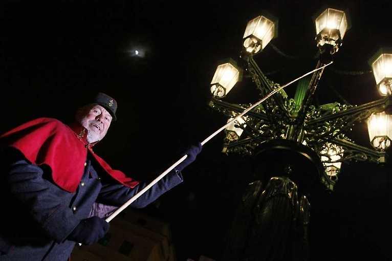 Od kandelábru ke kandelábru: Adventní procházka s lampářem