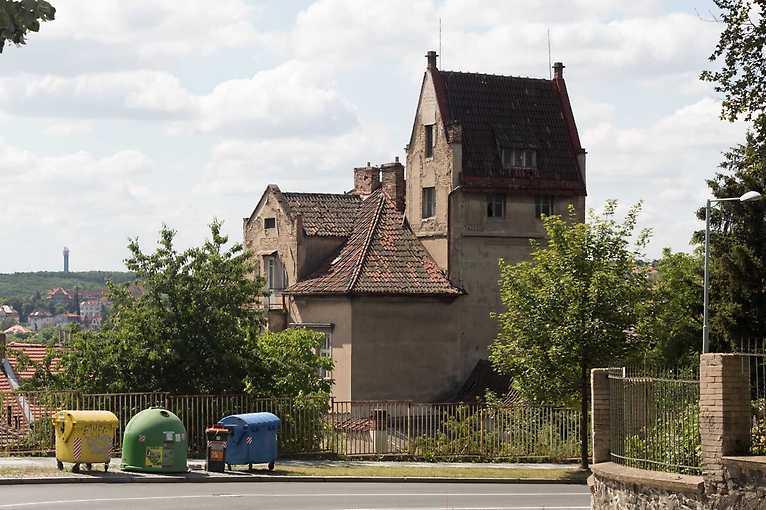Po slavných a prázdných vilách od Strahova až k Bertramce