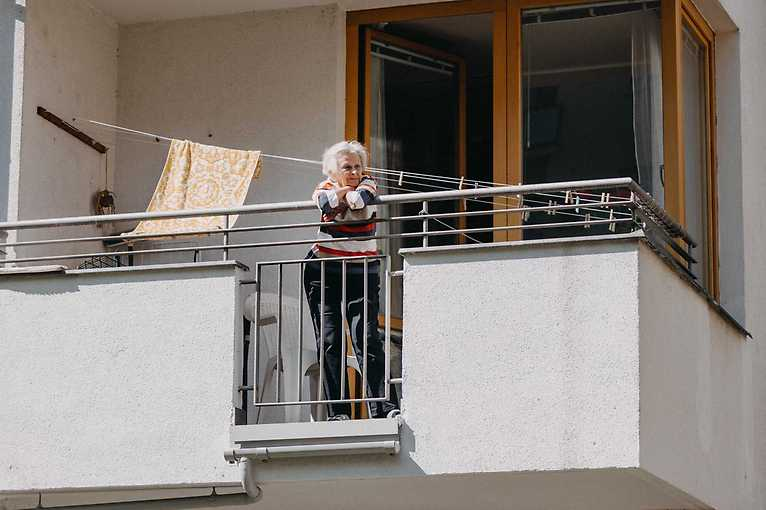 Hrajeme do oken s Juventus Collegium FOK v domově pro seniory