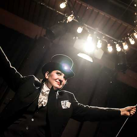 Kabaret U Vrtaného kolena aneb Rozbijte prasátka, přátelé! + večerní prohlídka divadla a jeho zákulisí