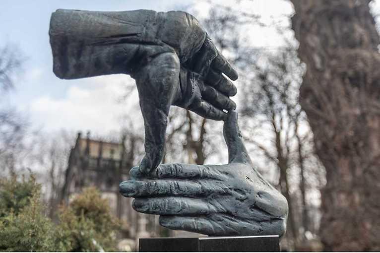Krzysztof M. Bednarski: Symbole życia po śmierci