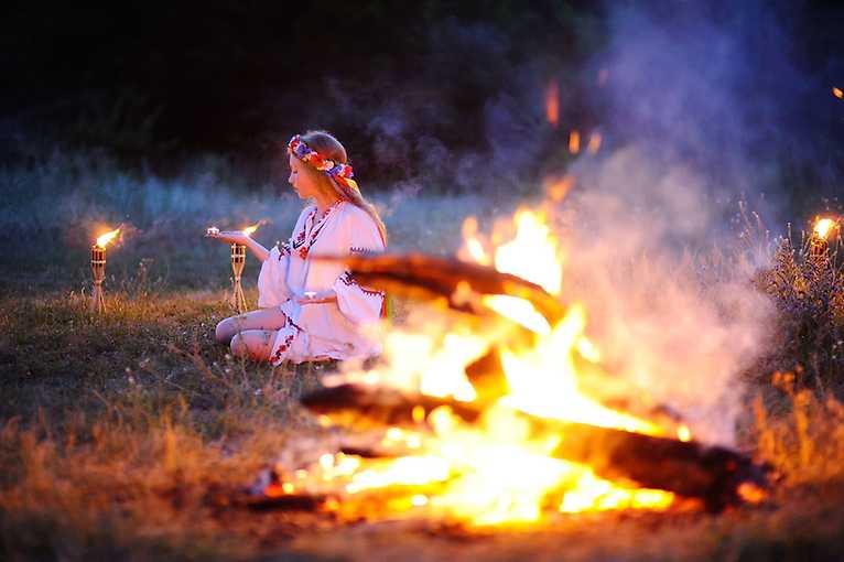 Katarína Nádaská: Tradice Jánských ohňů  v kontextu evropských zvyků